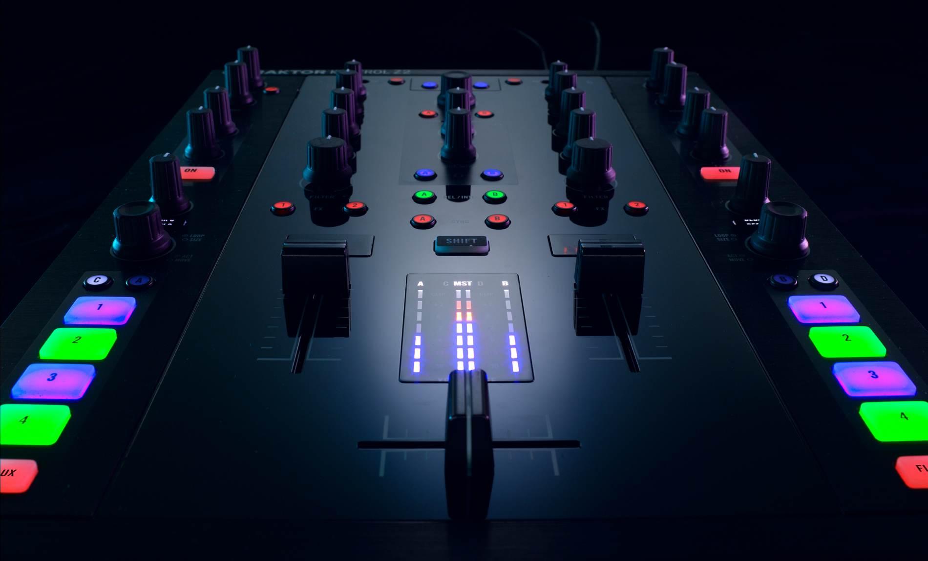 a mixer a soundcard a controller ni traktor kontrol z2 examined gallery details cdm. Black Bedroom Furniture Sets. Home Design Ideas
