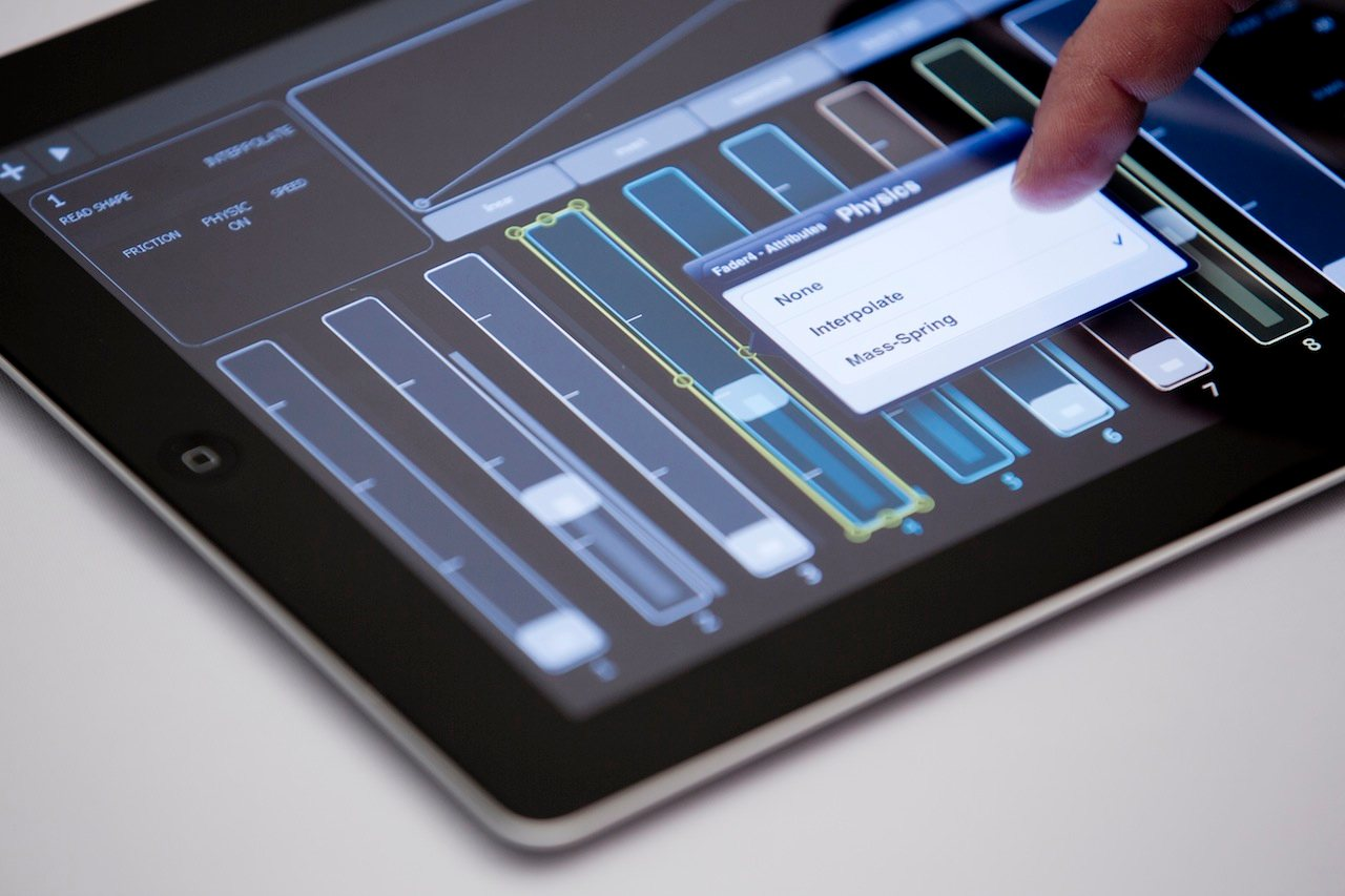 make controller layouts right on an ipad new lemur arrives livecontrol 2 0 soon ios gallery. Black Bedroom Furniture Sets. Home Design Ideas