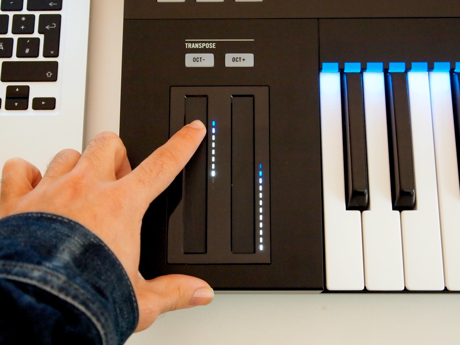 exclusive hands on with komplete kontrol s25 keyboard pictures